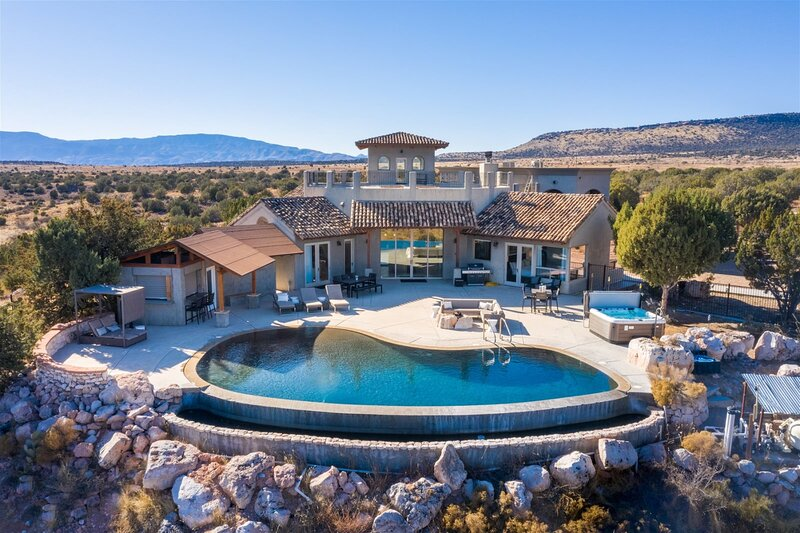 Beautiful Luxury Home With Infinity Pool & Amazing Views!! The Sanctuary at Sacr, holiday rental in Jerome