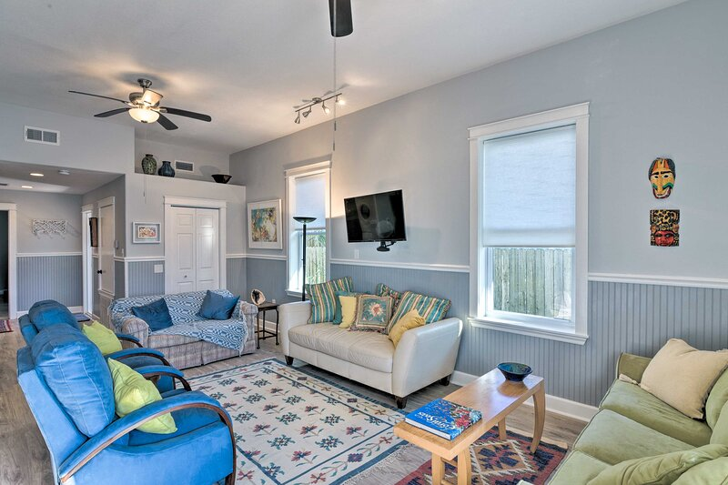 NEW! Colorful Galveston Getaway 500 Ft to Beach!, location de vacances à Galveston
