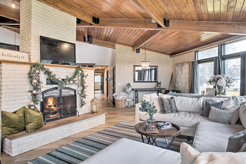 NEW! Home w/ Indoor Pool, 1 Block to Liberty Lake!, location de vacances à Mica