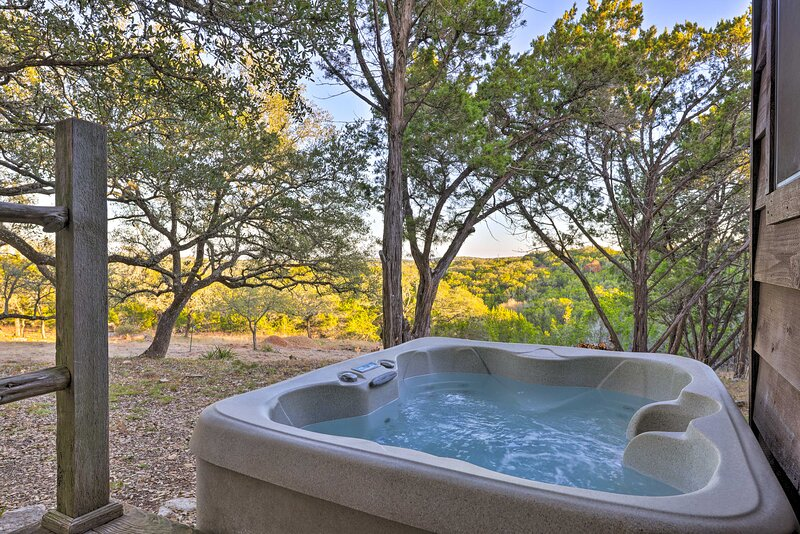 NEW! Secluded Cabin Oasis w/ Hill Country Views!, holiday rental in Kyle