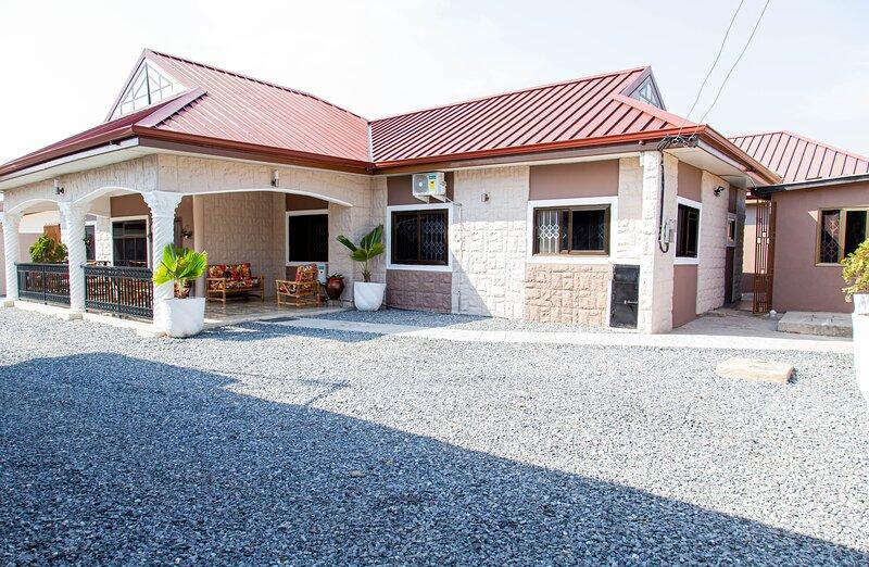 Luxury 2 Bedroom Ensuite House, holiday rental in Sakumona