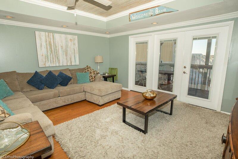 Furniture,Living Room,Room,Indoors,Table