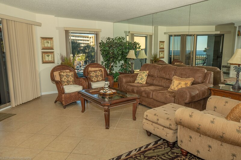 IR 217 2 BR with Sunset Views sits beachside with easy access, alquiler de vacaciones en Shalimar