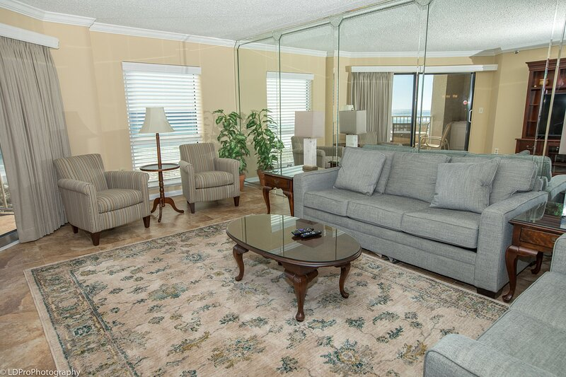 IR 206 is a very Nice Gulf Front 2 BR with free beach set up for 2, alquiler de vacaciones en Shalimar