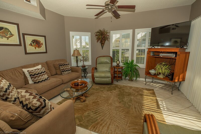 SPC 9136 - Ground Floor 2 BR short walk to beach right by pool, holiday rental in Shalimar
