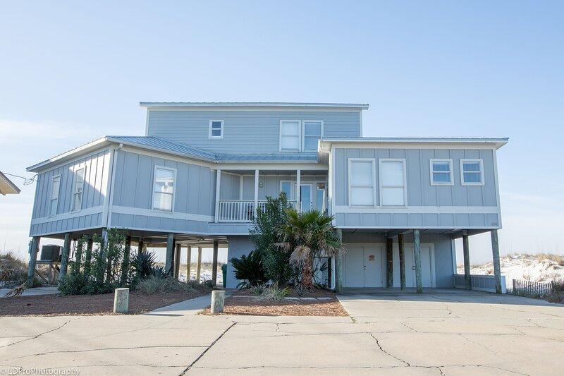 The Castle - GULF FRONT 4 BR home with spacious living area, aluguéis de temporada em Shalimar