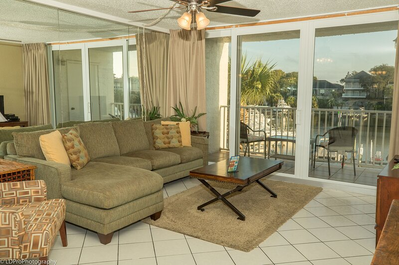 303C is a Beautiful 2 BR on the Harbor - Great Rates and use of Beach Caddy, aluguéis de temporada em Shalimar