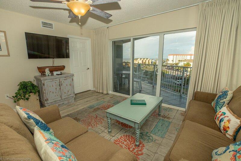 Ceiling Fan,Living Room,Room,Indoors,Flooring