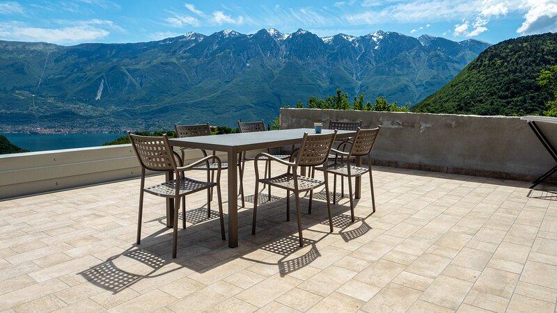 Nuovo appartamento con 2 camere, vista Lago con ampia terrazza arredata, holiday rental in Gardola