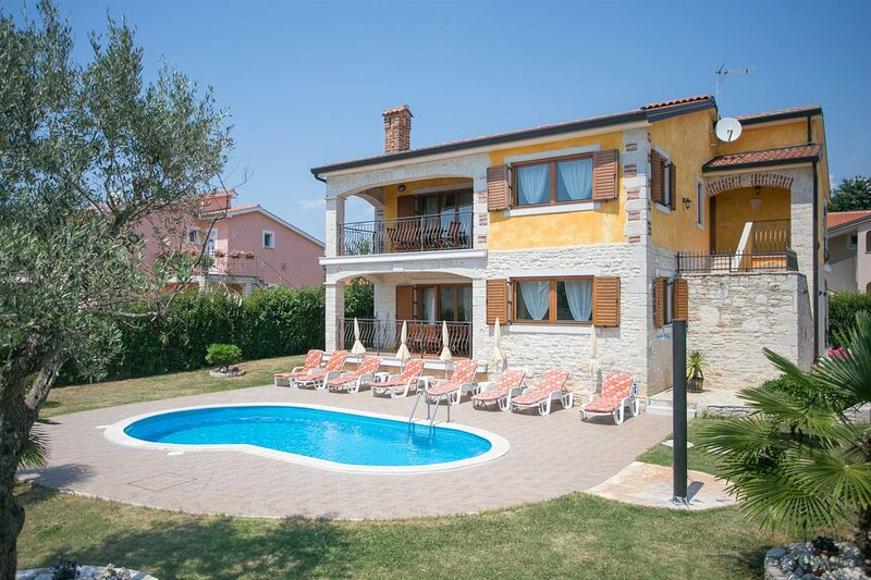 Villa Familina with Pool, holiday rental in Veleniki