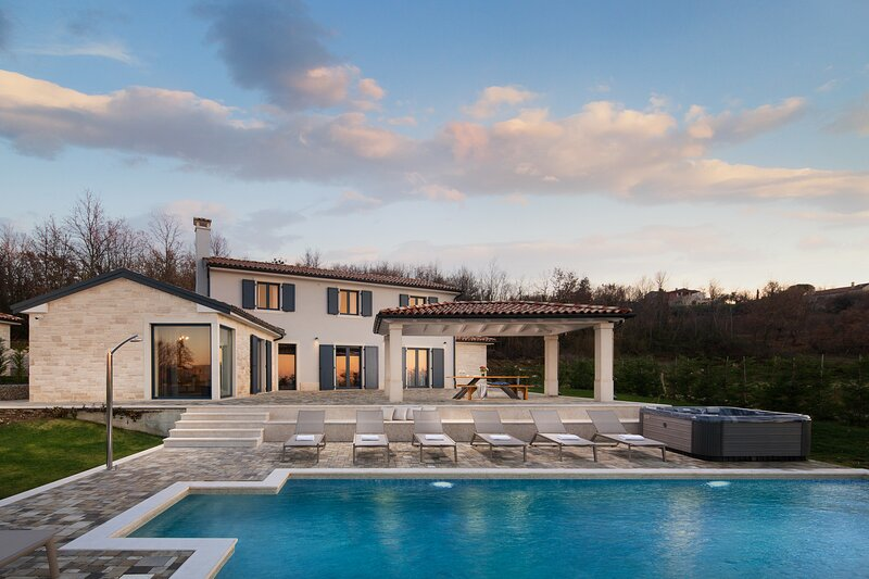 Charming Villa Edoardo with a pool and a jacuzzi, alquiler vacacional en Vranje Selo
