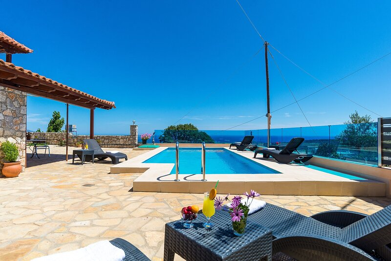 Splendid flats - Private heated Pool & great Views, holiday rental in Sirili