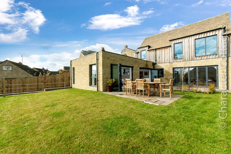 The New Bakehouse is an impressive property located in the village of Randwick, holiday rental in Whitminster