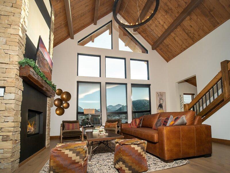 New Log Cabin! Steps to Lake Estes, Indoor/Outdoor Fireplace, Private Jacuzzi!, alquiler de vacaciones en Glen Haven