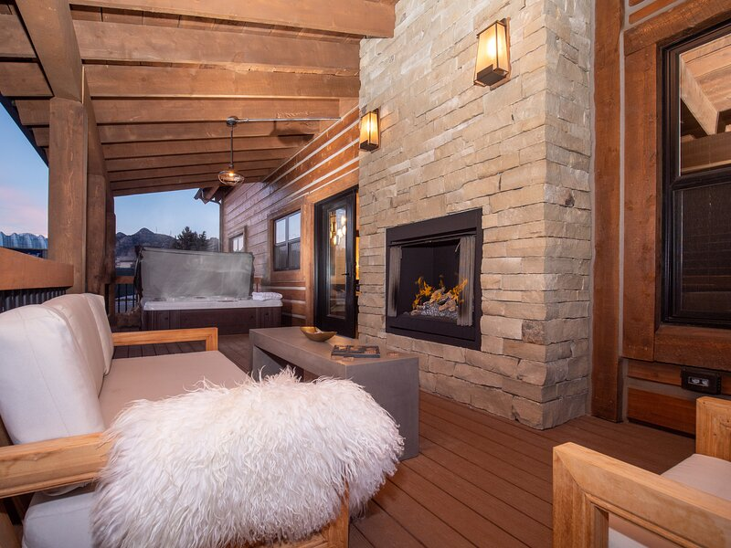 Brand New Log Cabin! Steps to Lake Estes, Private Jacuzzi, Close to downtown, alquiler de vacaciones en Glen Haven
