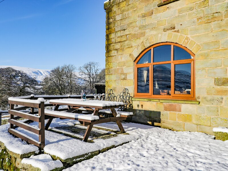 THE ARCHES, pet friendly, character holiday cottage, with a garden in Farndale, vacation rental in Church Houses