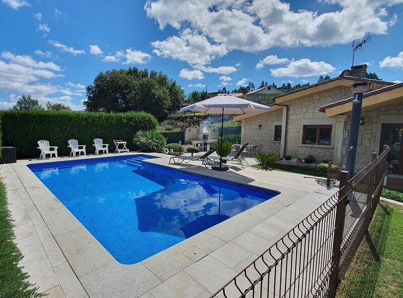 Casa independiente con jardín y piscina, aluguéis de temporada em Soutomaior