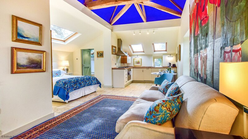 Matara Lodge - Open plan lodge with spa bath, private garden, with access to pub, vacation rental in Uley