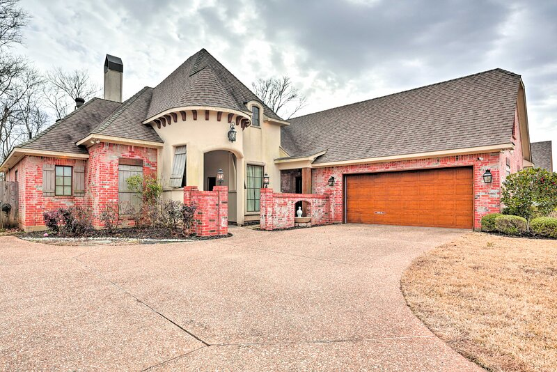 NEW! Modern Shreveport Chateau w/ Pool + Fireplace, holiday rental in Greenwood