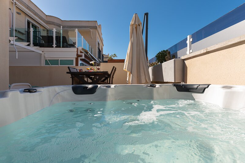 Spacious Apartment With Jacuzzi and Pool Access, location de vacances à Puerto Rico