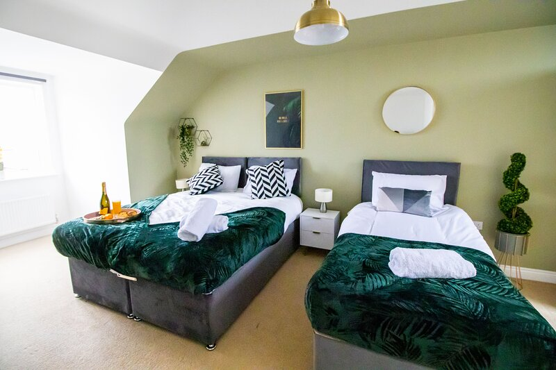 Comfy House w/ FREE Parking, Fast Wi-Fi & Netflix by Yoko Property, holiday rental in Kempston