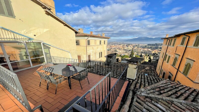 TERRAZZA DUOMO/SLPS 6/SPOLETO CENTRE/2 TERRACES-FANTASTIC VIEWS/ROME 1 HR, vacation rental in San Gregorio