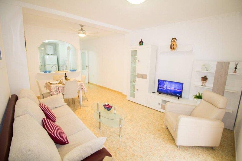 Alacant Home: Santa Pola. Piso moderno a 200 metros de la playa, holiday rental in Santa Pola