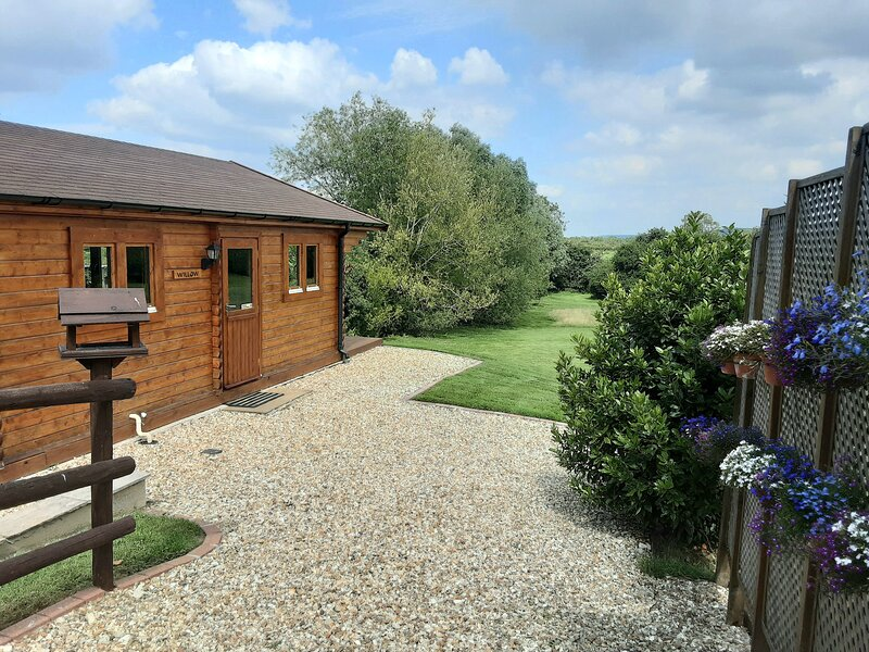 PENNYLANDS WILLOW LODGE, two en-suite bedrooms, WiFi, pet-friendly lodge on, vakantiewoning in Willersey