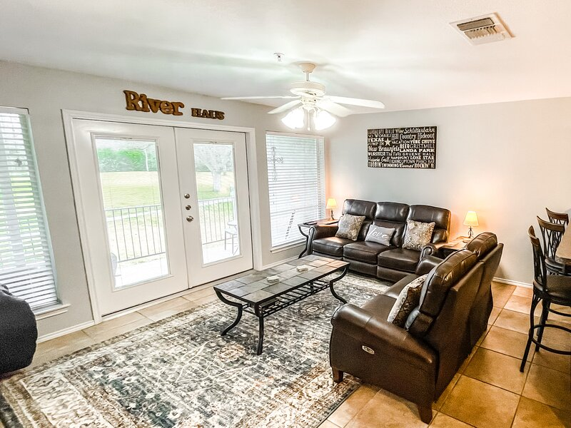 Guadalupe River Retreat | 3/3 Condo | 1st Floor | Sleeps 10, holiday rental in New Braunfels