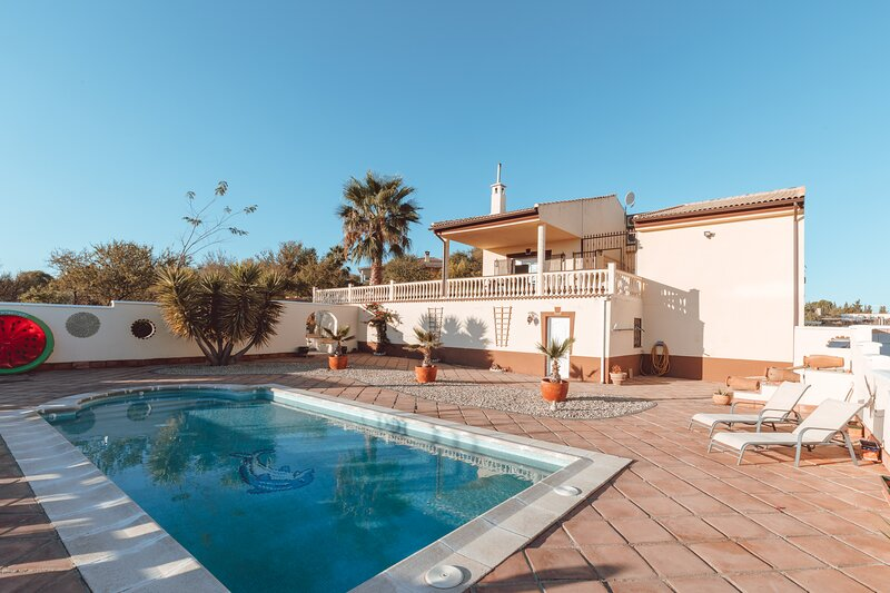 Spacious quiet villa with private swimming pool & gardens, vacation rental in Illora