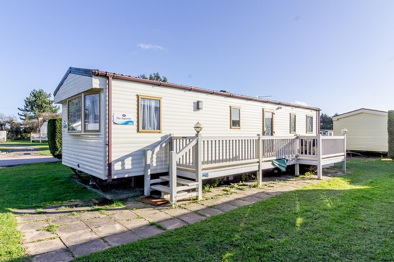 Caravan for hire at Breydon Water Holiday Park near Great Yarmouth ref 10035B, holiday rental in Haddiscoe