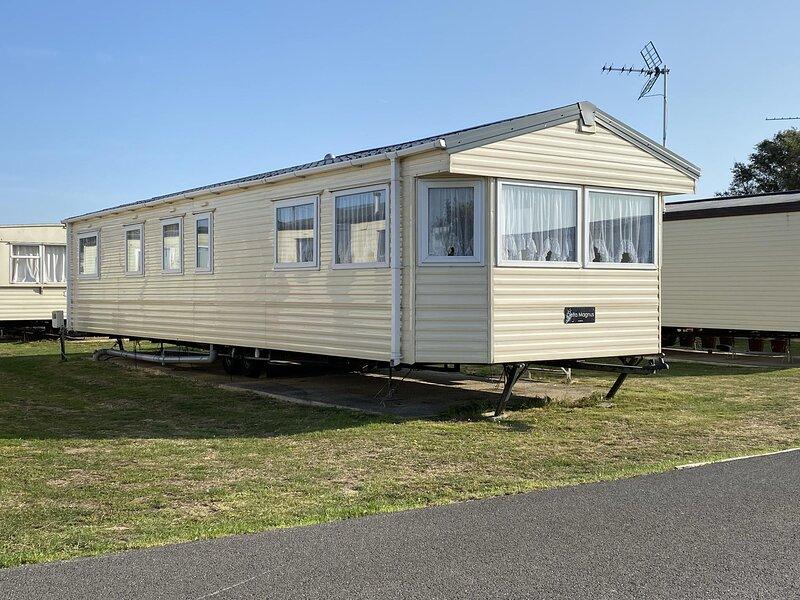 10 berth caravan for hire at St Osyths holiday park in Essex ref 28133GC, location de vacances à Little Clacton