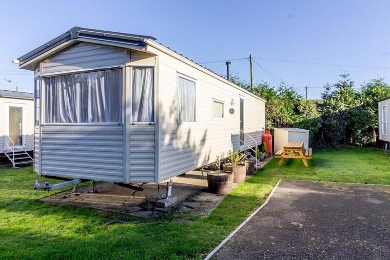 8 berth caravan to hire at Breydon Water Park in Norfolk ref 10005G, holiday rental in Haddiscoe