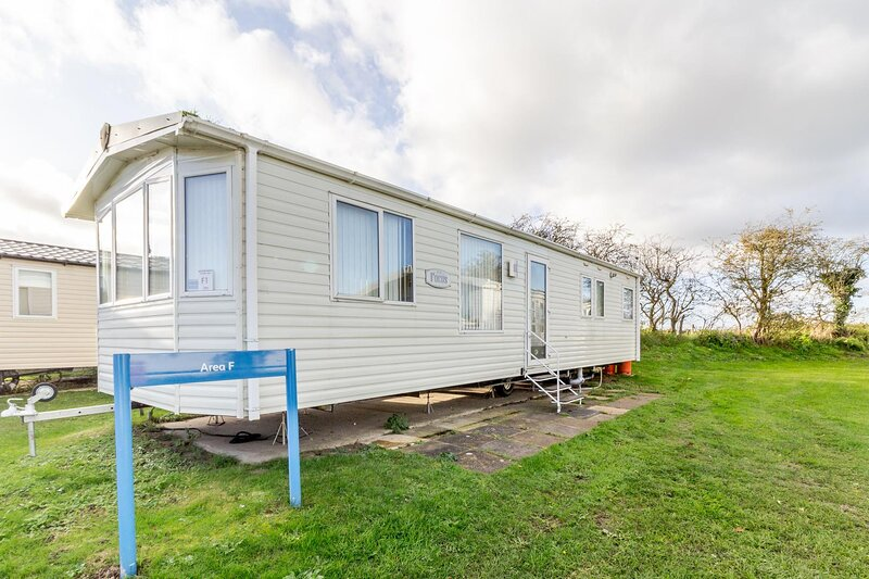 Caravan for hire at Breydon Water Holiday Park near Great Yarmouth ref 10001F, holiday rental in Haddiscoe