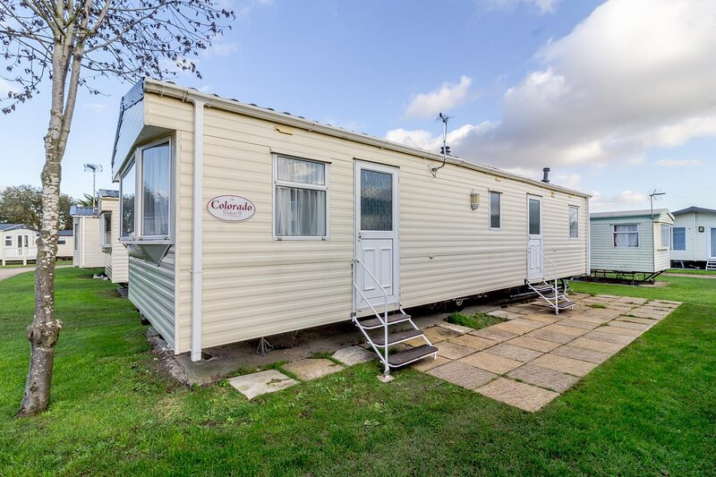 8 berth caravan to hire at Breydon Water Holiday Park in Norfolk ref 10038RP, holiday rental in Haddiscoe