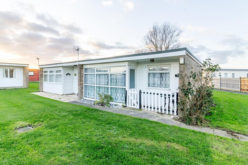6 berth dog friendly chalet for hire at Sunbeach Park, Norfolk ref 51074S, vacation rental in California