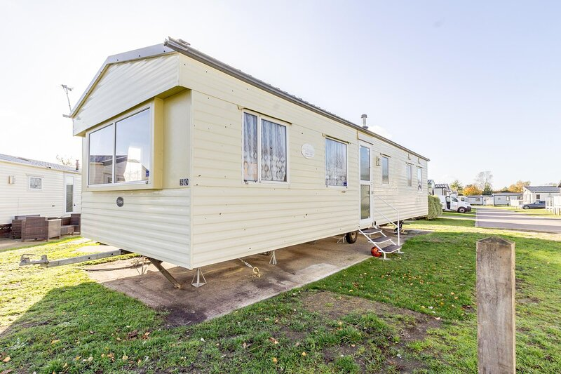 8 berth caravan to hire at Breydon Water Holiday Park in Norfolk ref 10030B, holiday rental in Haddiscoe