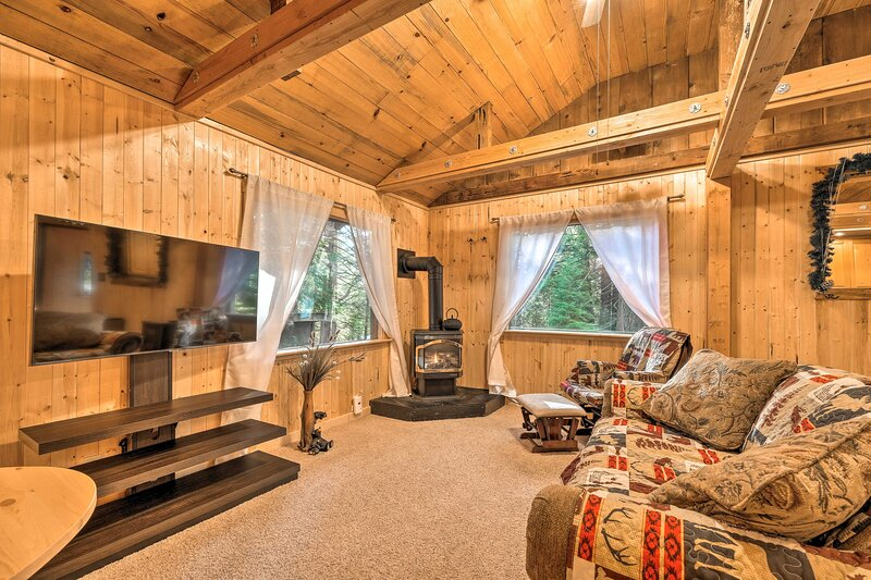 NEW! Cabin w/Fire Pit: Mins to Vineyards & Hiking!, casa vacanza a Camp Connell