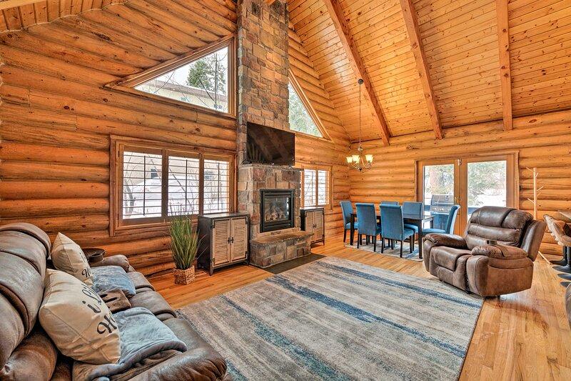 NEW! Roomy Park City Lodge: Game Room + Fireplace!, alquiler de vacaciones en Snyderville