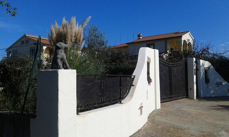 Apartmenthaus Sabine-Apartment Anna für 3 Personen mit Klima und Wilan in Istrie, holiday rental in Zikovici