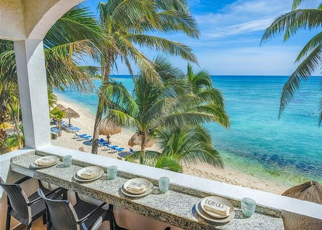 Newly remodeled beachfront condo with stunning ocean views!, aluguéis de temporada em Akumal