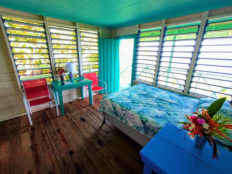 The ISLANDER ROOM, B&B Package. End of The World Resort deluxe double occupancy, holiday rental in Guanaja