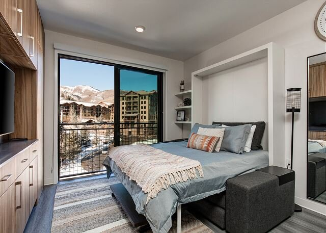 NEW Resort Hotel-Premium TOP FLOOR-Mnt. Side-Ski Valet-Walk to Lift! Pool/Spa, vacation rental in Park City