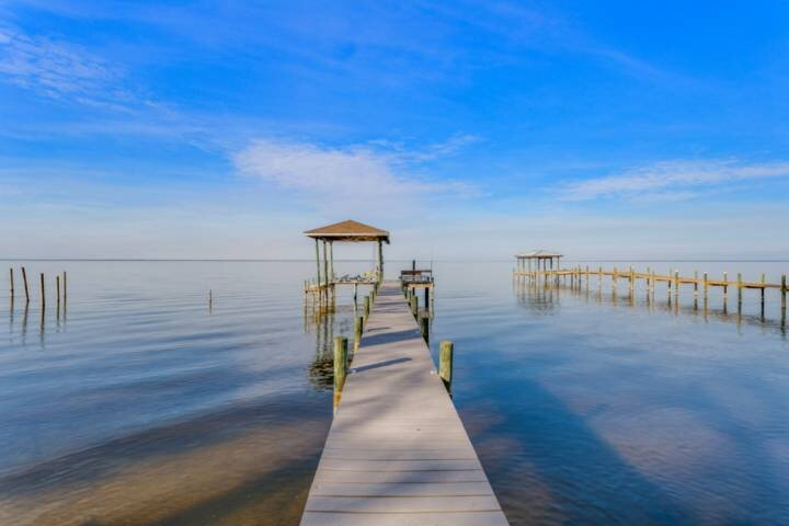 Bay Front Fully Updated Modern Gulf Breeze Getaway With Boat Lift-Bring Your Boa, holiday rental in Milton