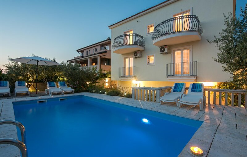 Villa Dada With Pool, Seaview & Playroom, casa vacanza a Milohnici