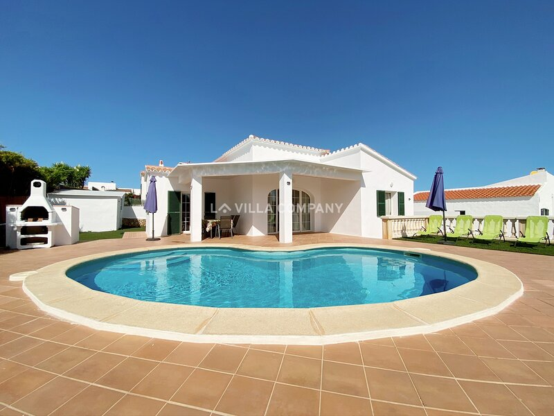 Modern Villa with Private Pool, AC, Wifi, Bbq, 10 Minutes to Beach, aluguéis de temporada em Alaior