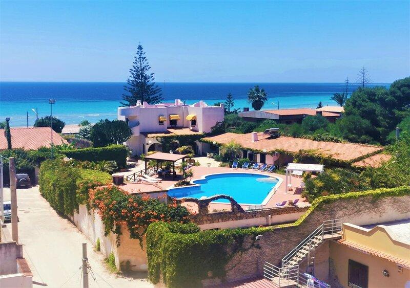 Villa Adriana, fronte spiaggia, con piscina privata, 5.ooo mq di giardino, alquiler de vacaciones en Mazara del Vallo
