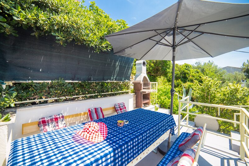 A3 – studio next to the beach with terrace and parking, holiday rental in Bratus