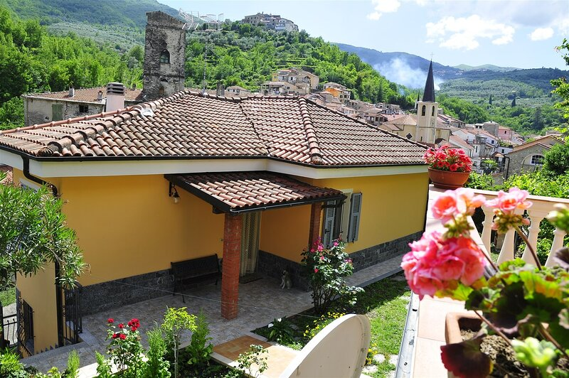 Incantevole villetta ai margini di un antico borgo a 15 minuti dal mare Ligure, location de vacances à Caravonica