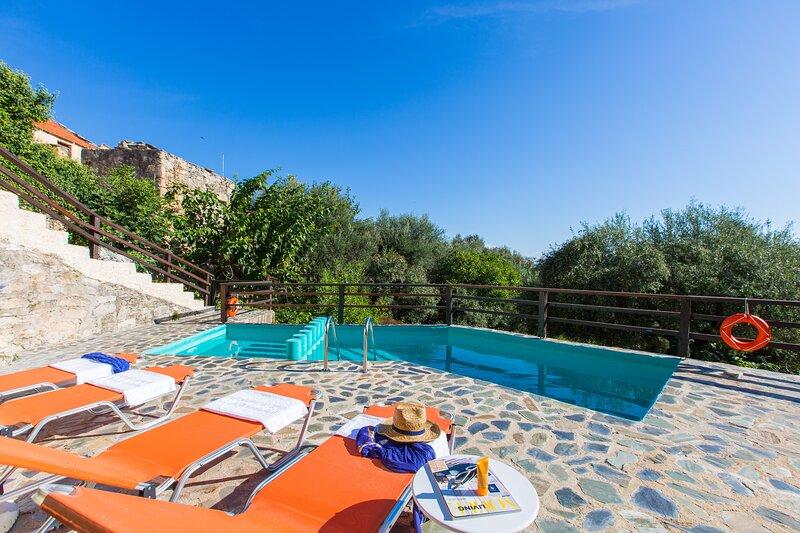Villa Vita -Traditional Family House-Private Pool!, alquiler de vacaciones en Nipos